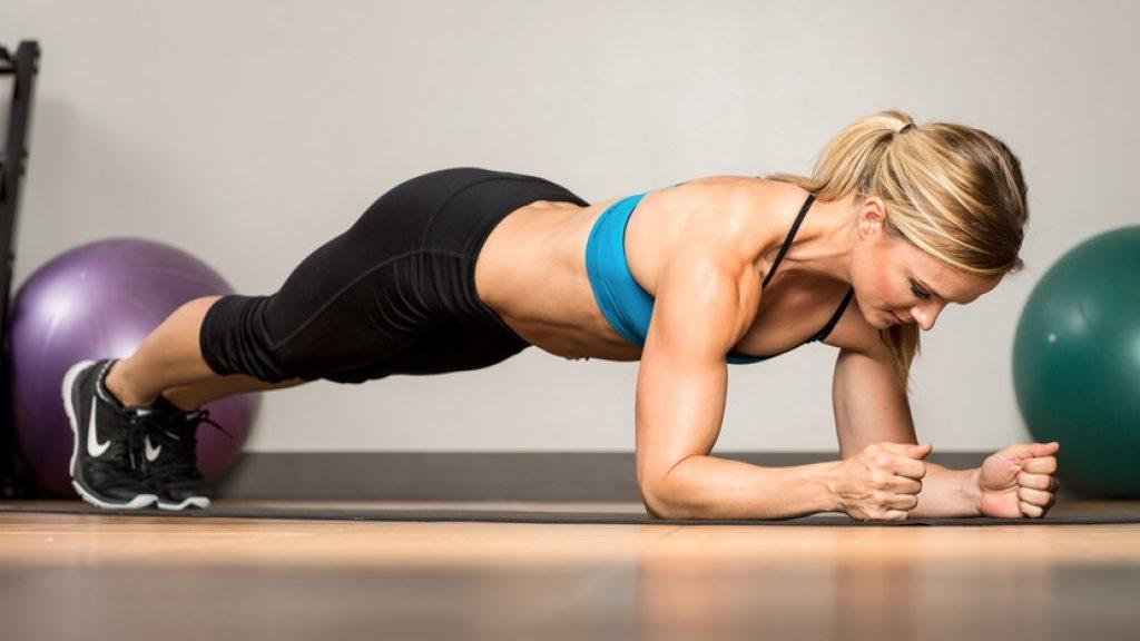 Выполнение планки укрепляет мышцы и помогает похудеть